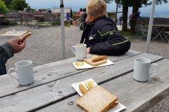 Auf dem Weg, Würstchen statt Kuchen am Kndel. / On the way, wieners instead of cake at the Kandel summit.