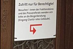 Eingang für Lobbyisten, Bürger müssen sich anmelden! Entrance for lobbyistrs, citizens have to register!