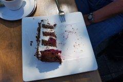 Das letzte Stück Schwarzwälderkirschtorte, 2/3 davon. / The last piece of blackforest cherry cake, 2 thirds of it.
