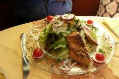 """Nach meinem Kampf mit dem Speck, heute Abend ein Salat mit Puten-""""Streifen"""". / After my fight with the ham yesterday, today a salad with turkey """"stripes""""."""
