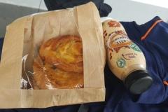 Frühstück 3 Rosinenschnecken, 1 kalter Kaffee./ Breakfast 3 raisin rolls 1 cold Coffee....