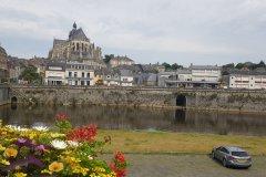 Männer, ein hübscher kleiner Ort. / Mayenne, a nice little town.